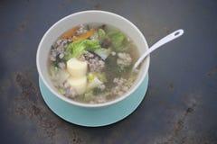 Klar soppa med tofu och finhackad griskött och grönsak på ståltabellen, thai traditionell mat, selektiv fokus, filtrerad bild Royaltyfria Foton