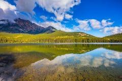 Klar vattenpyramid sjö Arkivfoton
