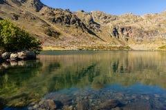 Klar vattensjö av Estanysen de Tristaina, Pyrenees, Andorra royaltyfri fotografi