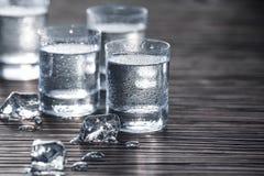 Klar vodka i skott royaltyfria bilder