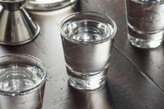 Klara alkoholiserade ryska vodkaskott Royaltyfria Foton