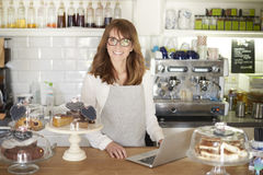 Klara av hennes online-coffee shop Arkivfoton