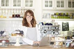 Klara av hennes online-coffee shop Royaltyfria Bilder
