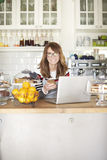 Klara av hennes online-coffee shop Royaltyfri Bild