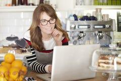 Klara av min affär i kafé Fotografering för Bildbyråer