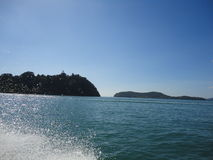 Klara blåa himlar med öar och blåtthav Royaltyfria Bilder