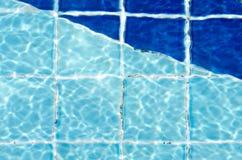 Klara blått rivit sönder vatten Arkivfoto