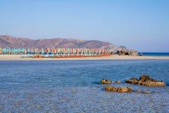 Klara hav och strandparaplyer fotografering för bildbyråer