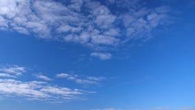 Klara himmel- och vitmoln som flyger i himmel Fluffiga moln som svävar i blå himmel arkivfilmer