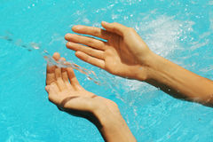 klara kvinnlighänder över vatten Royaltyfria Bilder