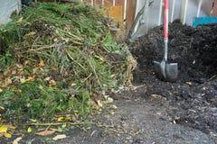 Klara och nya composting högar för Composting - Royaltyfria Foton
