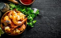 Klara räkor på en platta med sås, kryddor och örter fotografering för bildbyråer