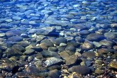 Klara vattenstenar i sjön Royaltyfria Foton