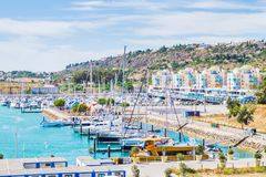 Klare Ansicht des Porto de Abrigo de Albufeira, Albufeira-Bucht in Albufeira, PortugalVivid-Ansicht des Porto de Abrigo de Albufe lizenzfreie stockbilder