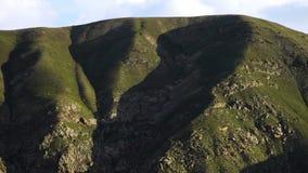Klare Ansicht von hohen, grünen Hügeln stock video footage