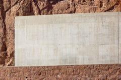 Klare Betonmauer auf einem Hintergrund mit einem roten roks Sandstein Stockfotos