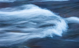 Klare blaue Farben reflektieren sich weg von LeHardys-Stromschnellen Yellowstone River Lizenzfreie Stockfotos