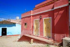 Klare Farben in der kubanischen Nachbarschaft Stockbilder