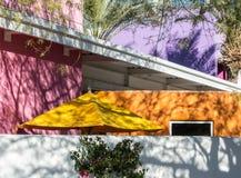 Klare Farben in der Südwestarchitektur stockfoto