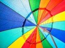 Klare Farben im Regenschirm lizenzfreie stockfotografie