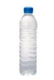 Klare Flasche Wasser im weißen Hintergrund Stockfoto