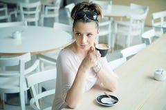 Klare Hautdame an der Kaffeepause Lizenzfreie Stockfotos