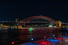 Klare helle Beleuchtung Sydneys 2016 von Sydney Harbour Bridge Stockfoto