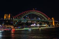 Klare helle Beleuchtung Sydneys 2016 von Sydney Harbour Bridge Lizenzfreie Stockfotografie