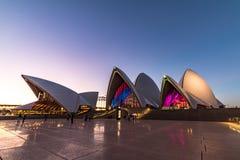 Klare helle Festivalbeleuchtung Sydneys 2016 von Sydney Opera Ho Lizenzfreie Stockfotos
