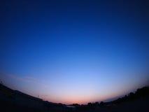 Klare Himmel über der Stadt nach Sonnenuntergang Lizenzfreie Stockfotos