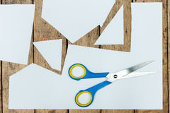 Klare Papierbeschaffenheit auf hölzerner Wand stockfotos