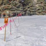 Klare quadratische Barrikade mit einem geschlossenen Zeichen angesehen an einem sonnigen Wintertag in Park City Utah lizenzfreies stockbild