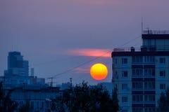 Klare Sonne bei Sonnenuntergang in der Stadt Lizenzfreie Stockfotos
