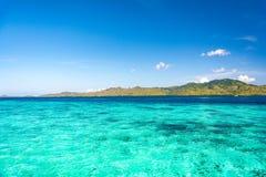 Klare Türkis-Wasser-Ansicht von Taka Makassar Island lizenzfreies stockbild