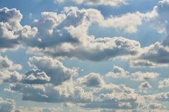Klare und drastische Wolken mit dem blauen Himmel, der durch glänzt Lizenzfreie Stockbilder