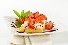 Klare Waffel mit Erdbeeren und Creme Lizenzfreies Stockfoto
