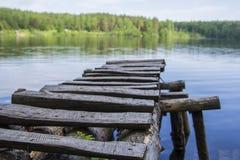 Klare Waldseelandschaft und -steg Stockfoto