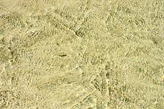 Klare Wasser-weiße Sand-flache Kräuselungs-Oberflächenunterwasserhintergrund stockbilder
