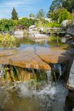 Klare klare Wasserströme von den Steinen, die sie waschen und sie abwischen Der Himmel und die umgebenden Bäume werden herein ref lizenzfreies stockfoto