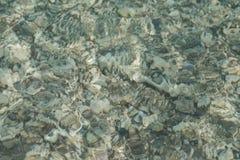 Klare Wellen über Ozeanbett stockbilder