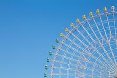 Klarer blauer Himmel über FunfairRiesenrad lizenzfreie stockbilder
