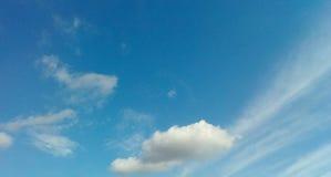 Klarer, blauer Himmel Stockbild