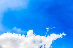 Klarer blauer Himmel als Hintergrund, Himmelwolken-Wandpapier, Sonnenscheintag, Pastellhimmeltapete Lizenzfreie Stockfotografie