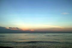 Klarer blauer Himmel, blaues Meer, Strand, Wolke, Sonnenuntergang Lizenzfreie Stockfotos