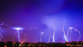 Klarer blauer Himmel der Gewitter und viele Blitze über Nachtstadt Stockbild