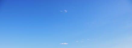 Klarer blauer Himmel an einem sonnigen Tag Stockbilder