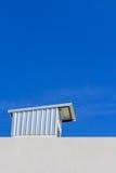 Klarer blauer Himmel mit Dachspitze Lizenzfreie Stockbilder