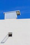 Klarer blauer Himmel mit Dachspitze Lizenzfreies Stockbild