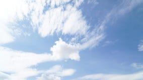 Klarer blauer Himmel mit irgendeiner Wolke lizenzfreie stockfotos
