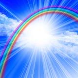 Klarer blauer Himmel mit Regenbogen